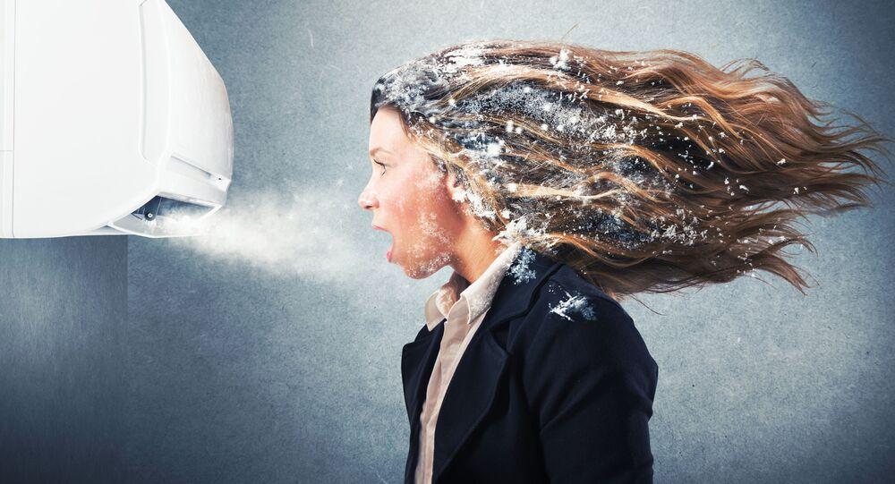 Dziewczyna przy klimatyzacji