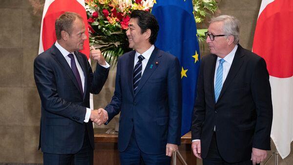 Przewodniczący Rady Europejskiej Donald Tusk, premier Japonii Shinzo Abe i przewodniczący Komisji Europejskiej Jean-Claude Juncker w czasie spotkania w Tokio - Sputnik Polska