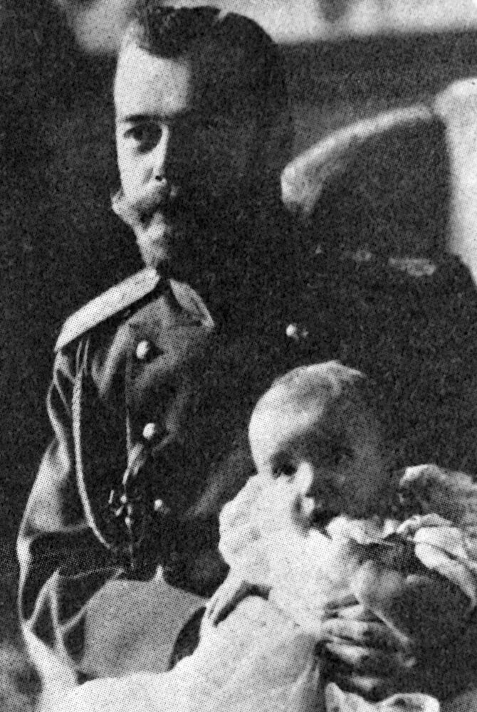 Mikołaj II trzyma w ramionach carewicza Aleksego