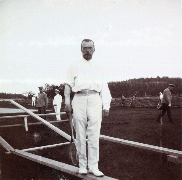 Mikołaj II Romanow. Na prawej ręce cara można zobaczyć ledwie zauważalny tatuaż smoka - Sputnik Polska