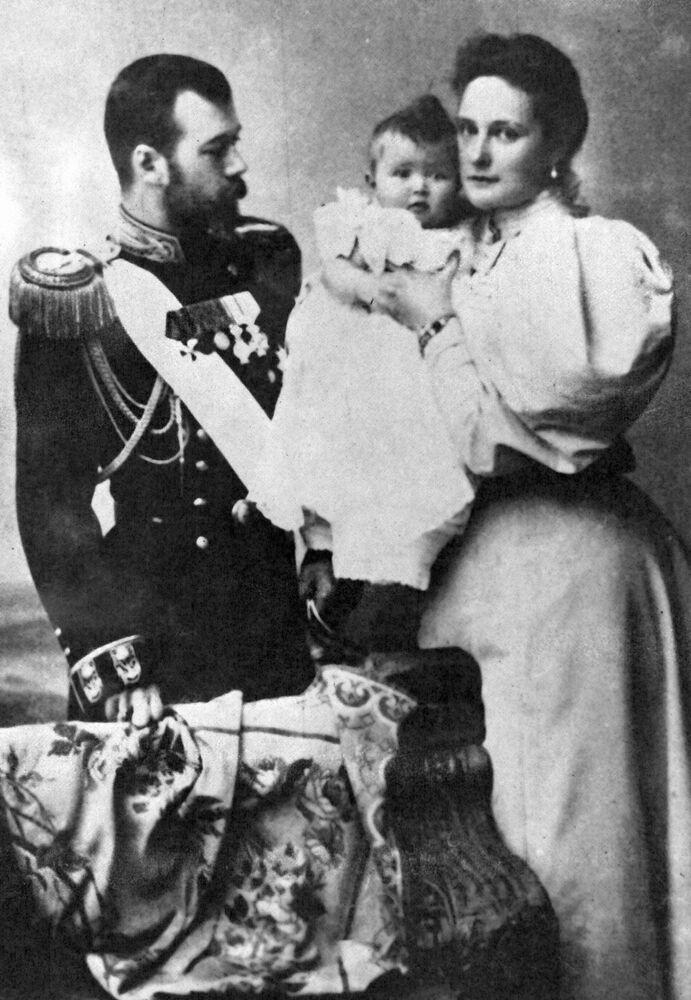 Mikołaj II Romanow z małżonką Aleksandrą Fiodorowną i córką Olgą