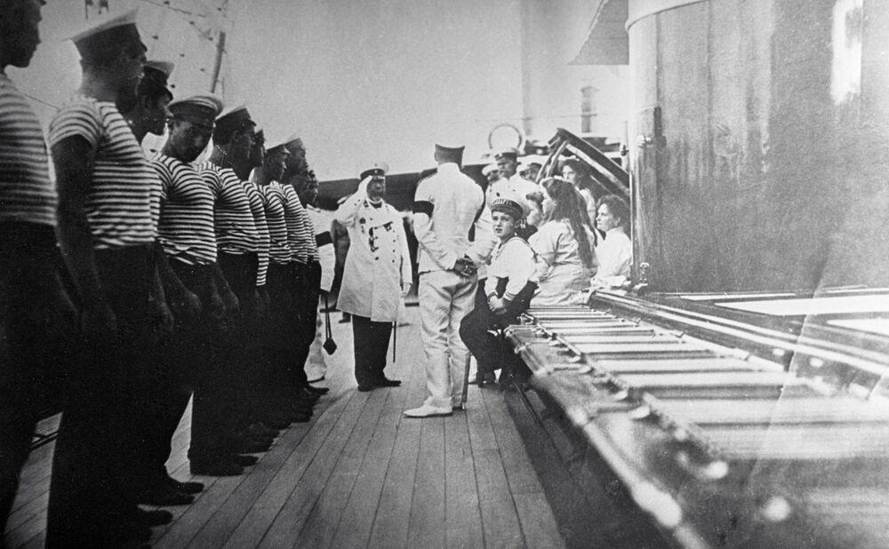 Kapitan statku wita carską rodzinę Romanowych, 1911 r.