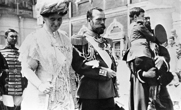 Mikołaj II z małżonką Aleksandrą Fiodorowną i carewiczem Aleksym - Sputnik Polska