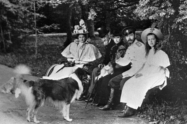 Car Mikołaj II z małżonką Aleksandrą Fiodorowną i księżną Olgą Aleksandrowną, Peterhof 1896 rok - Sputnik Polska