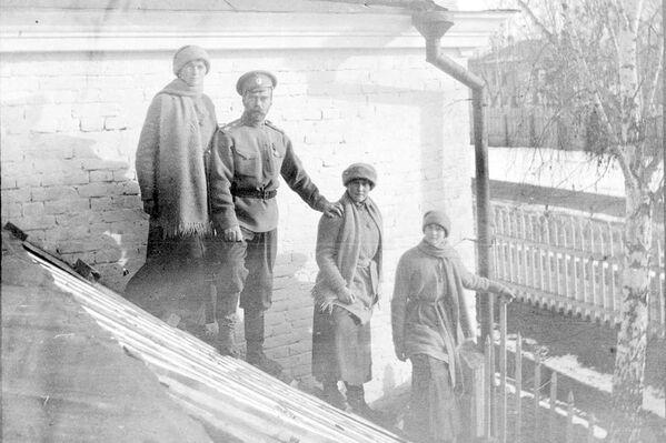 Mikołaj II Romanow z córkami Olgą, Anastazją i Tatianą w Tobolsku, zima 1917 r. - Sputnik Polska