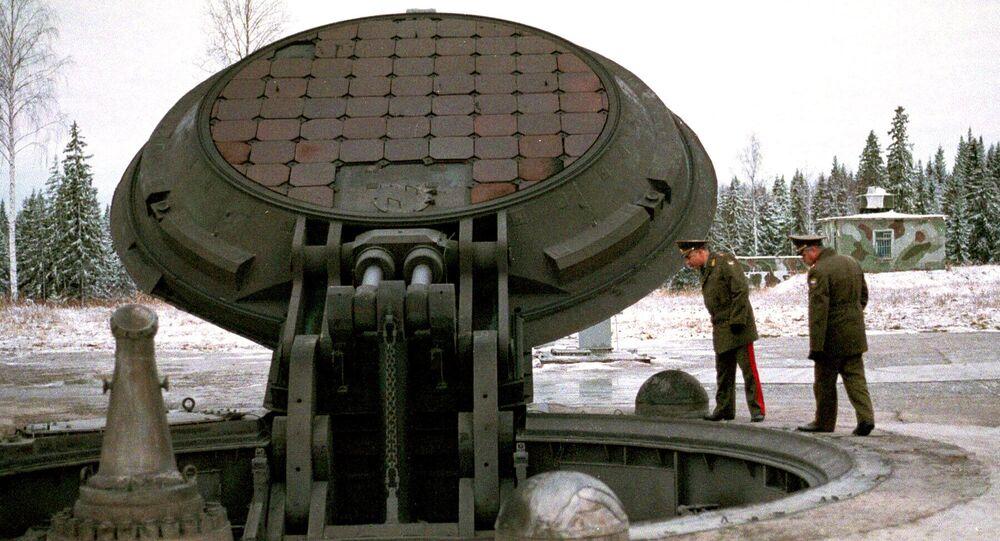 """Wojskowi oglądają silos rakiety """"Topol-M"""""""