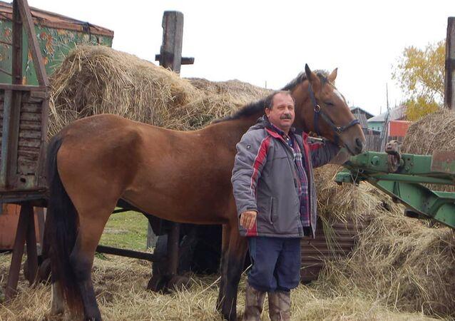 Deputowany Zgromadzenia Ustawodawczego Kraju Kamczackiego Michaił Puczkowski z koniem