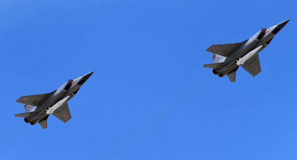 Wielozadaniowe myśliwce MiG-31 wyposażone w rakiety naddźwiękowe Kinżał