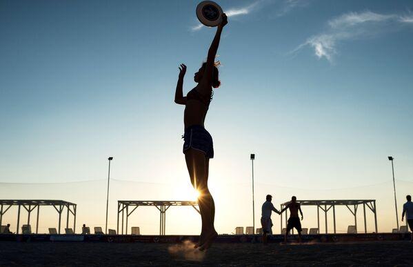 Gra we frisbee na plaży, Krym - Sputnik Polska