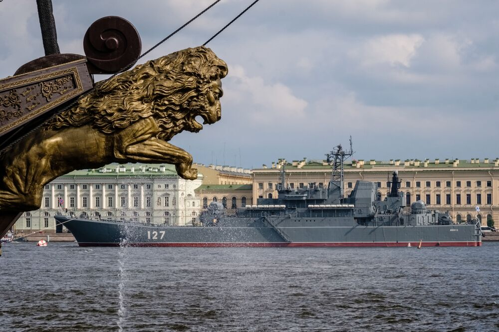 """Okręt desantowy """"Mińsk"""" na Newie w Petersburgu"""