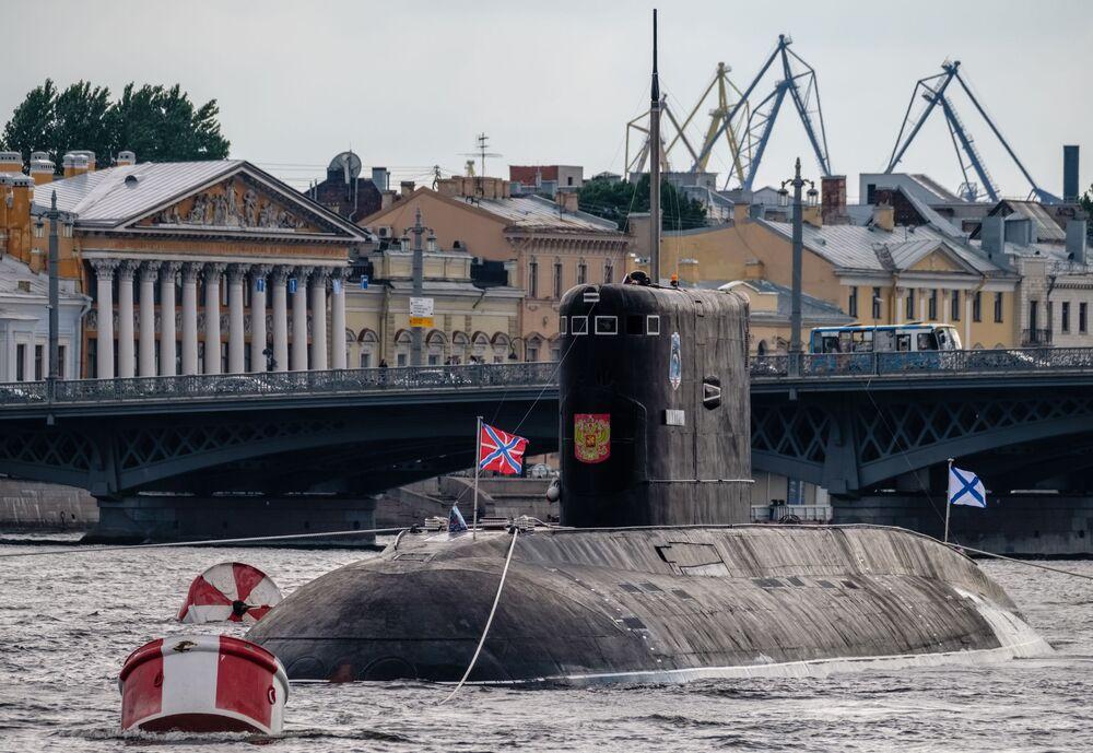 """Okręt podwodny o napędzie diesel-elektrycznym """"Dmitrow""""  na Newie w Petersburgu"""