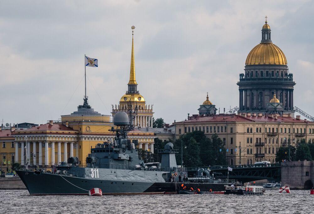 """Okręt grupy taktycznej zwalczania okrętów podwodnych """"Kazaniec"""" na Newie w Petersburgu"""