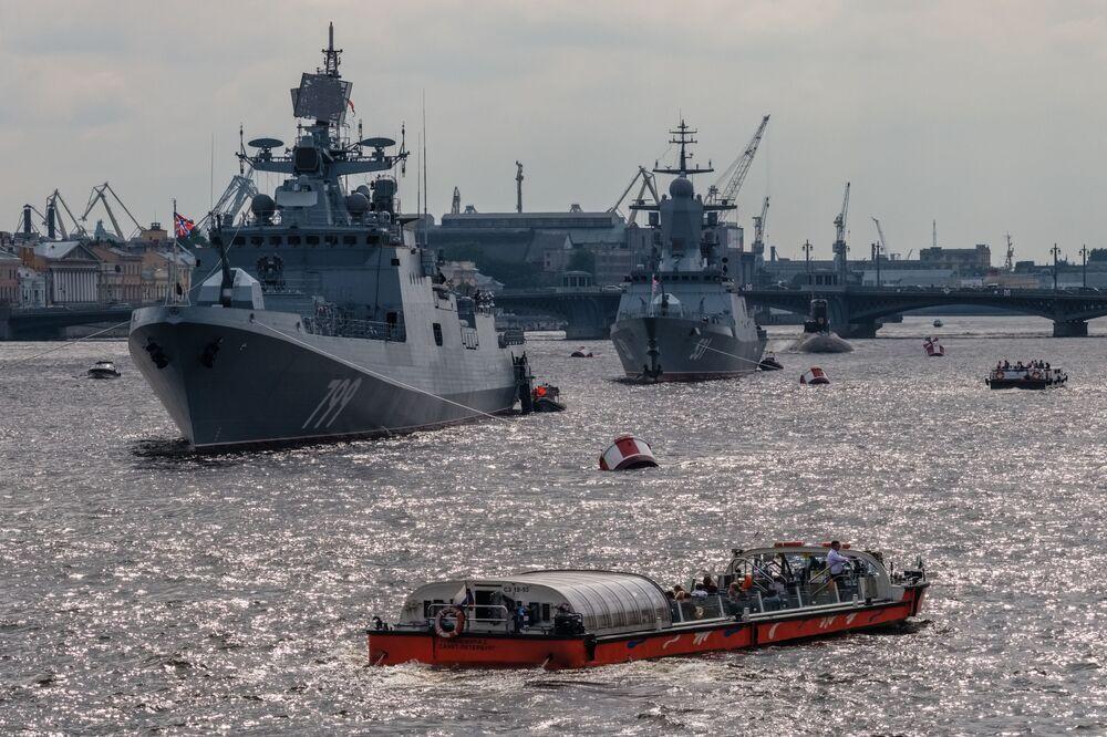 """Okręt patrolowy """"Admirał Makarow"""" i korweta """"Soobrazitielnyj"""" na Newie w Petersburgu"""