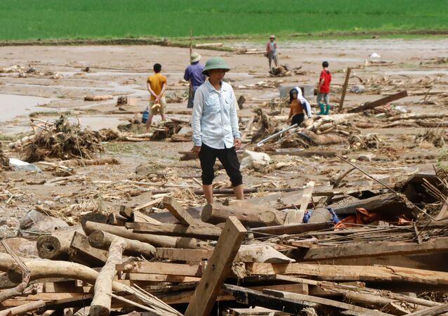 Po przejściu tajfunu Son Tinh, który uderzył w środę, doszło do ulewnych opadów na północnym wybrzeżu Wietnamu