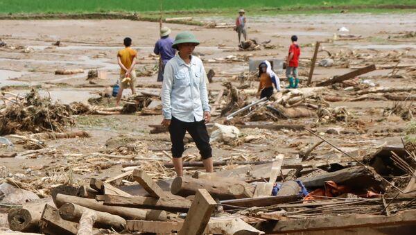 Po przejściu tajfunu Son Tinh, który uderzył w środę, doszło do ulewnych opadów na północnym wybrzeżu Wietnamu - Sputnik Polska