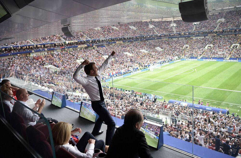 Prezydent Francji Emmanuel Macron na meczu finałowym Pucharu Świata 2018 między reprezentacjami Francji i Chorwacji