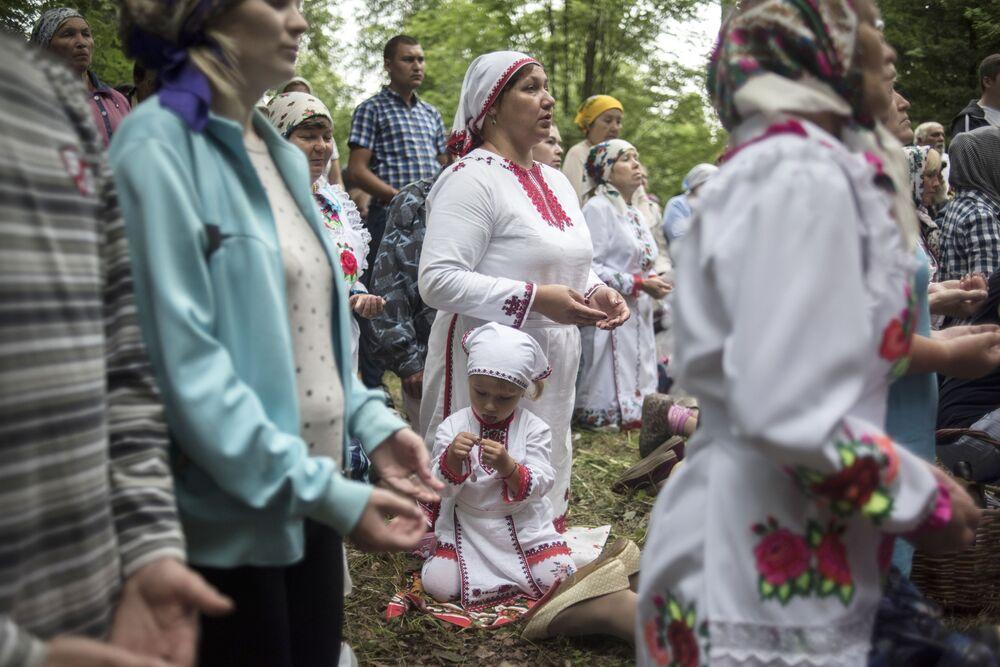 Mieszkańcy wioski Szorunża modlą się o oczyszczenie podczas uroczystości z okazji święta Sariem