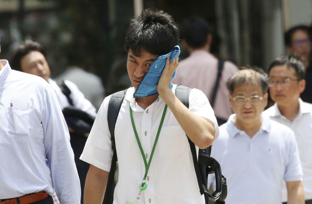 Ludzie na ulicy w Tokio podczas anomalnych upałów