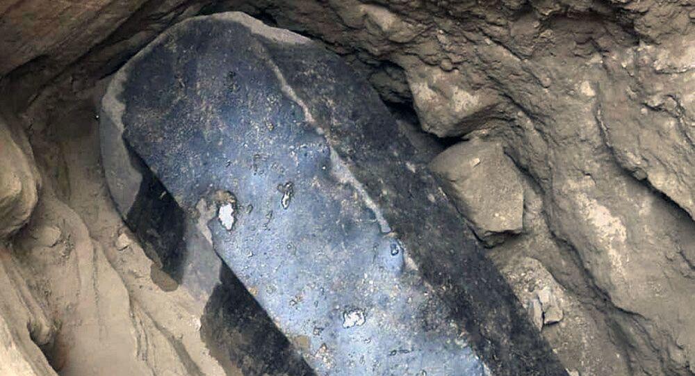 Czarny sarkofag odnaleziony w Aleksandrii na początku lipca