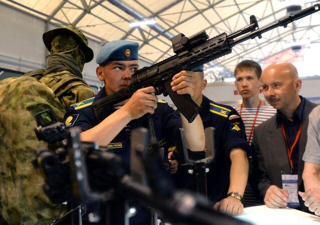 Wojskowy ogląda nowy model karabinu Ak-12 na międzynarodowym forum zbrojeniowym Army-2015