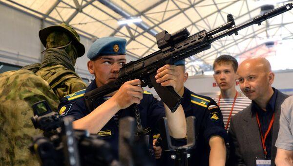 Wojskowy ogląda nowy model karabinu Ak-12 na międzynarodowym forum zbrojeniowym Army-2015 - Sputnik Polska