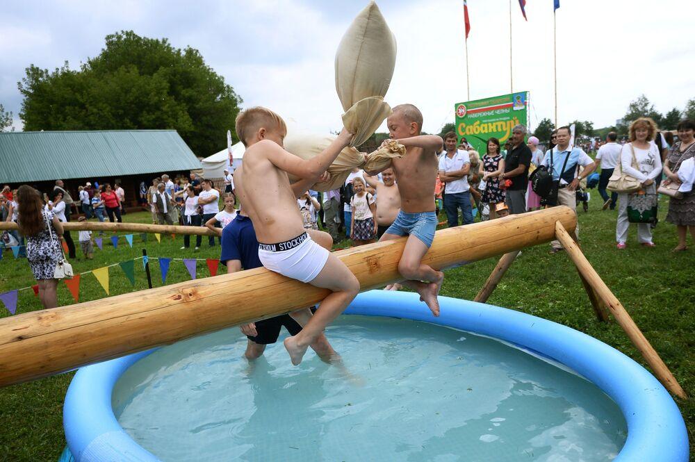 Bitwa na równoważni. Festiwal Sabantuj 2018 w moskiewskim parku Kołomienskoje