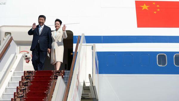 Przewodniczący Chińskiej Republiki Ludowej Xi Jinping z małżonką Peng Liyuan wysiada z samolotu. Zdjęcie archiwalne - Sputnik Polska