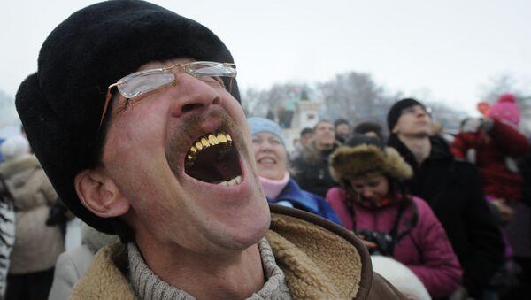 Mężczyzna ze złotymi zębami - Sputnik Polska