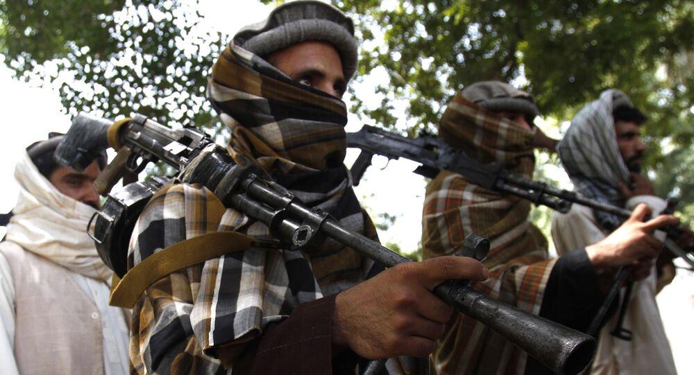 Afgańscy Talibowie z bronią. Zdjęcie archiwalne.