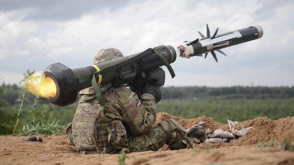 Amerykański wojskowy strzela z przeciwpancernego systemu rakietowego Javelin podczas ćwiczeń w Estonii - Sputnik Polska