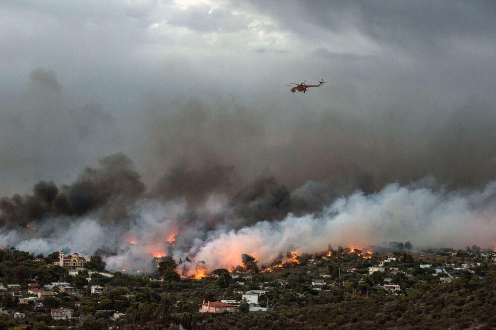 Śmigłowiec strażacki nad Atenami