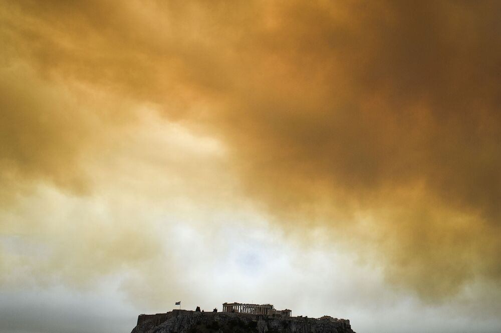 Czarny dym na niebie nad Partenonem, Ateny