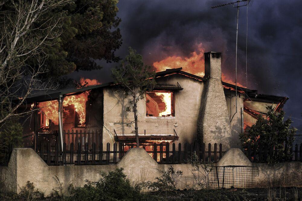 Płonący dom. Pożary w Grecji
