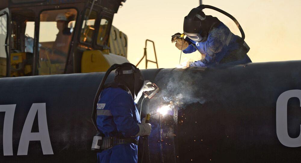 """Spawanie szwu podczas ceremonii połączenia pierwszego ogniwa głównego gazociągu """"Siła Syberii"""". Zdjęcie archiwalne"""