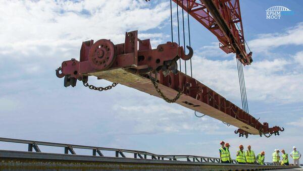 Układanie pierwszych szyn na części kolejowej Mostu Krymskiego - Sputnik Polska