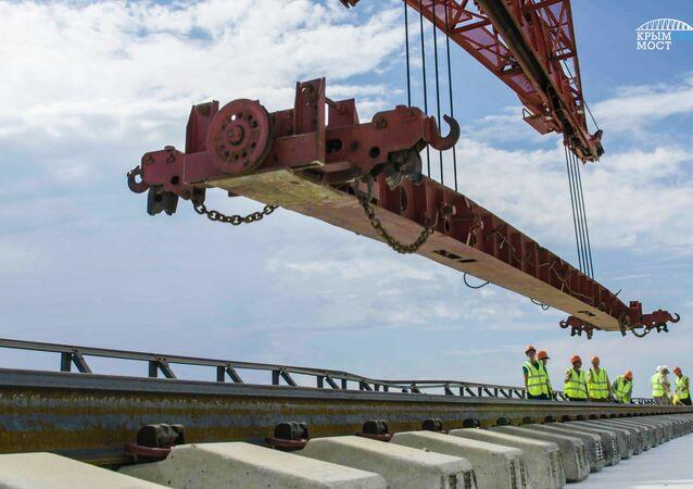 Układanie pierwszych szyn na części kolejowej Mostu Krymskiego