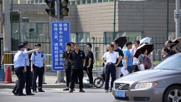 Policja i pracownicy służby bezpieczeństwa przed ambasadą USA w Pekinie, gdzie miała miejsce eksplozja - Sputnik Polska