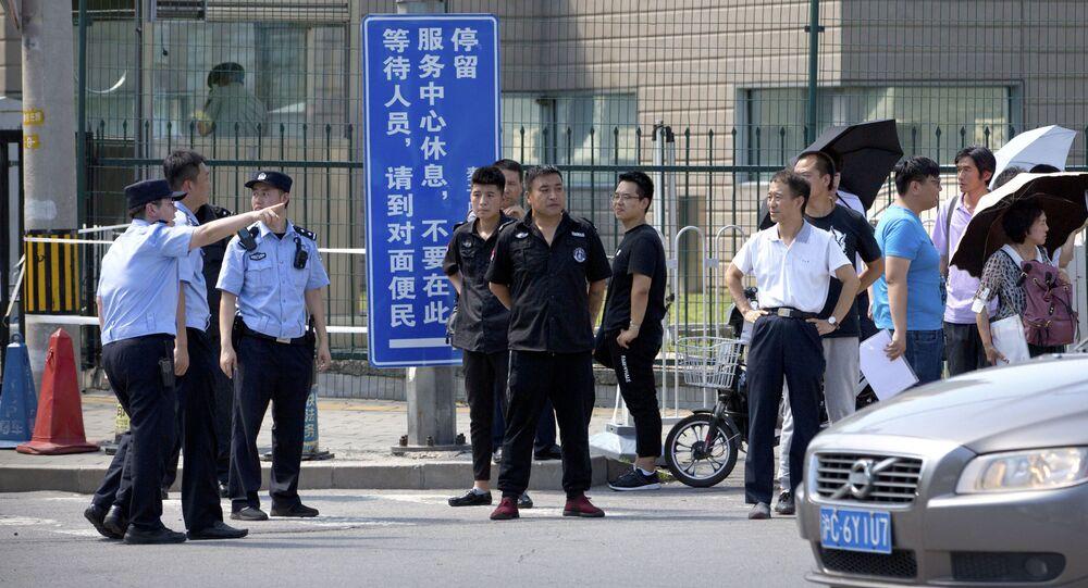Policja i pracownicy służby bezpieczeństwa przed ambasadą USA w Pekinie, gdzie miała miejsce eksplozja