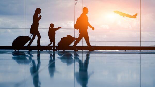 Rodzina z walizkami na lotnisku  - Sputnik Polska