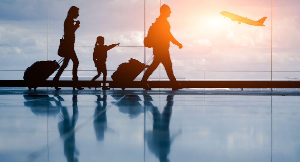Rodzina z walizkami na lotnisku