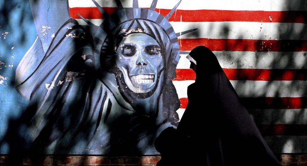 Graffiti przedstawiające Statuę Wolności z czaszką zamiast twarzy w centrum Teheranu