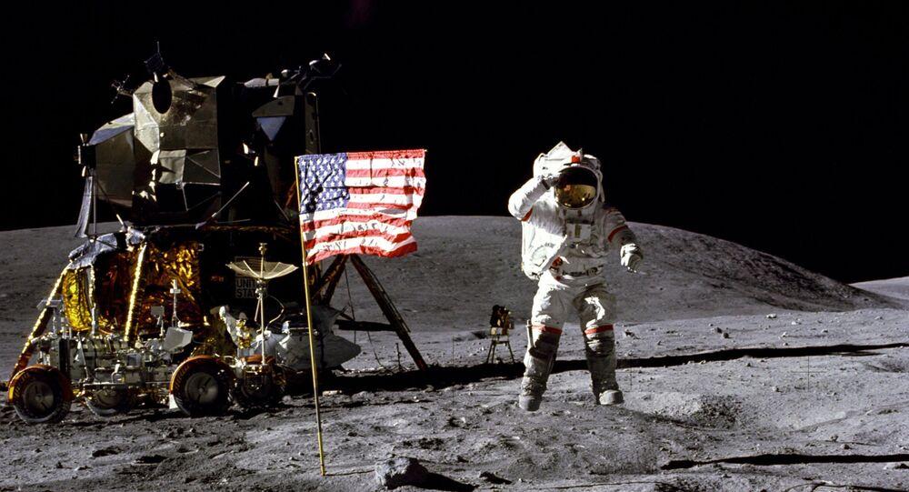 Astronauta John Young podczas piątego lądowania amerykańskich astronautów na Księżycu