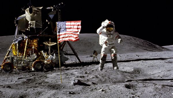 Astronauta John Young podczas piątego lądowania amerykańskich astronautów na Księżycu - Sputnik Polska