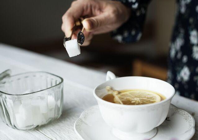 Herbata z cukrem i cytryną