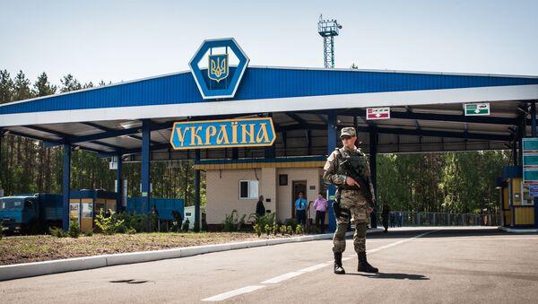 Wojskowy w ukraińskim punkcie kontrolnym na ukraińsko-rosyjskiej granicy - Sputnik Polska