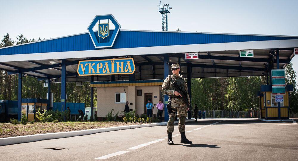 Wojskowy w ukraińskim punkcie kontrolnym na ukraińsko-rosyjskiej granicy