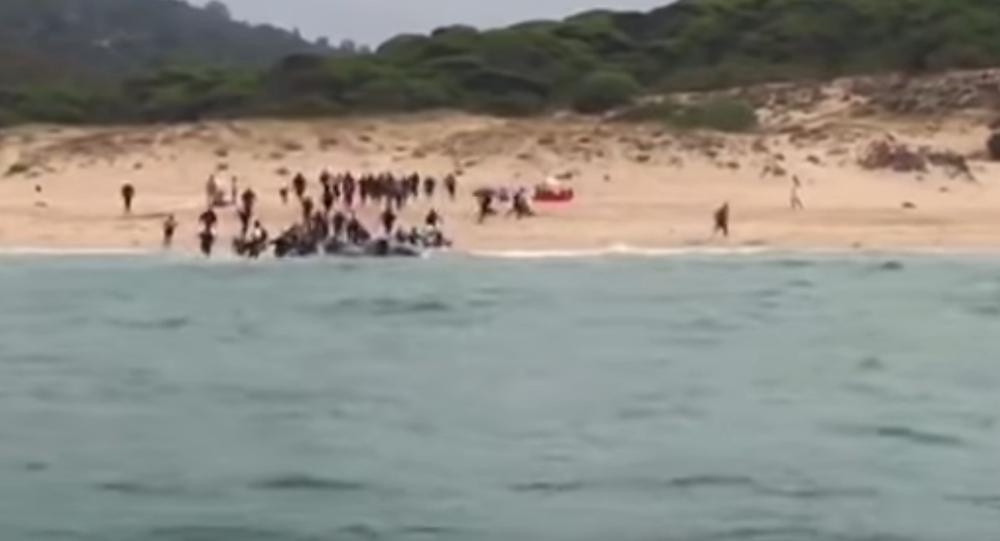 Migranci rozbiegają się po plaży