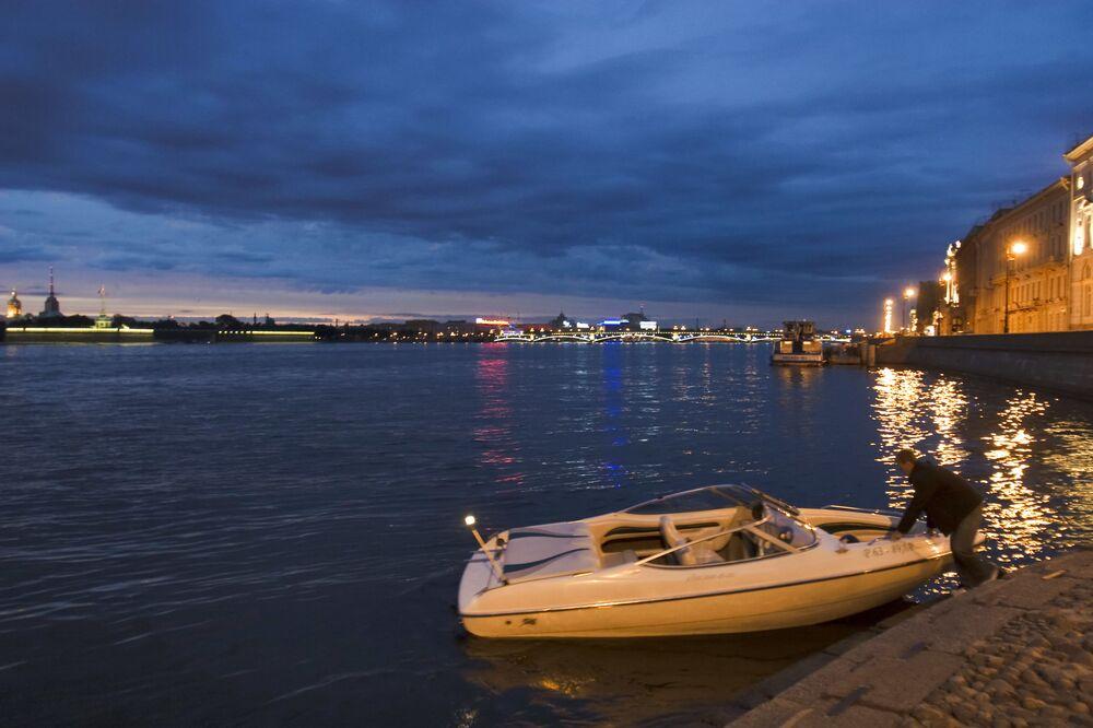 Widok na most Trójcy Świętej w Petersburgu