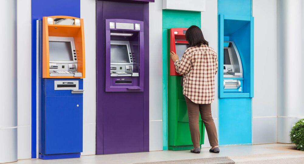 Dziewczyna przy bankomacie