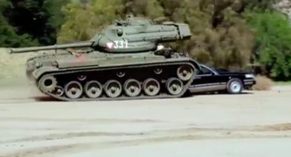 Aktor Arnold Schwarzenegger swoim czołgiem zmiażdżył limuzynę